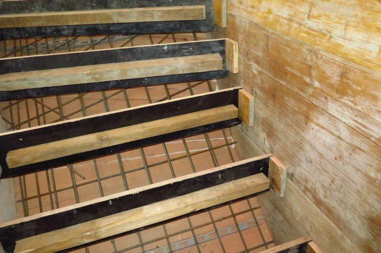 Betonové schody - bednění a ocelová výztuž schodů.