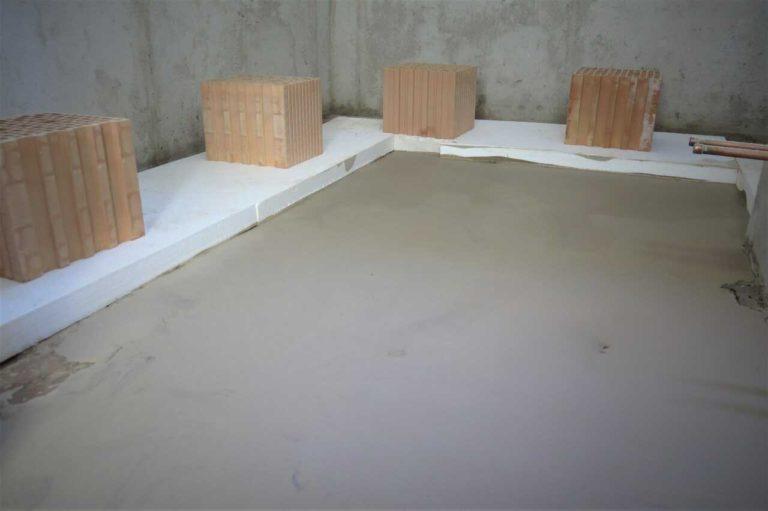 Nivelace podlahy v koupelně pro pokládku podlahového topení.