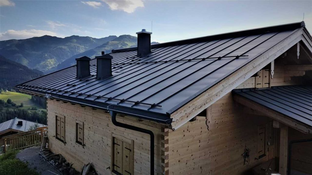 Pro oplechování střechy se hojně využívají lakované ocelové plechy.
