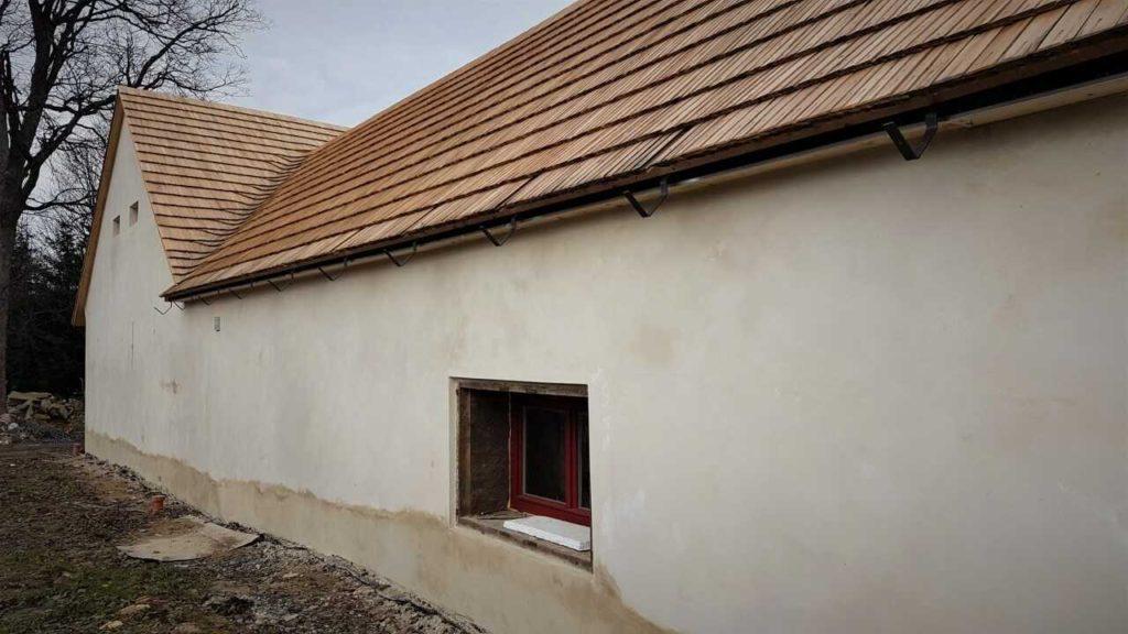 Dřevěný šindel se hojně používá při rekonstrukcích starých stavení - zemědělských usedlostí, chalup a kulturních památek.