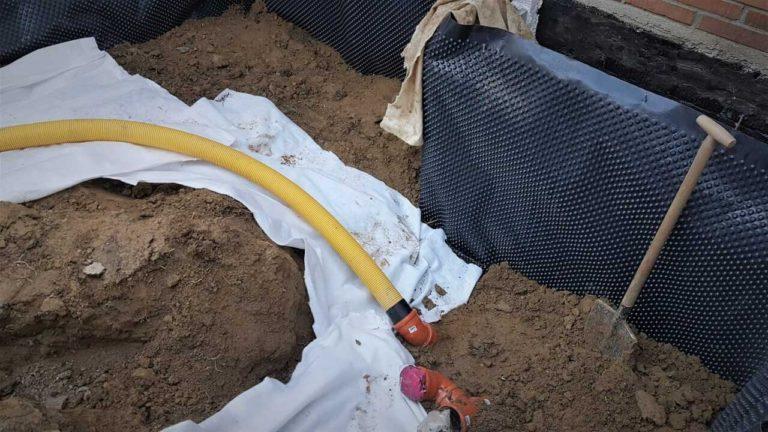 Při budování drenáže se používá gramáž geotextílie 300 g/m².
