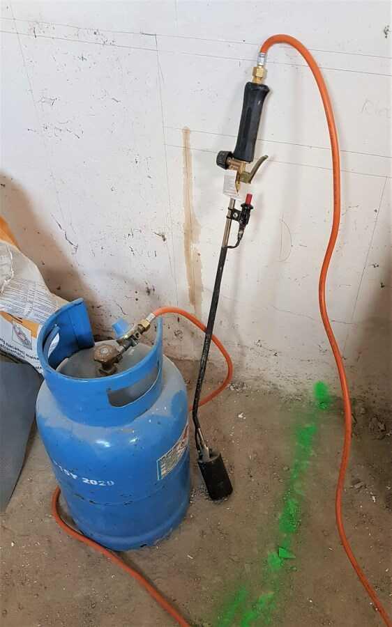 Pro natavení asfaltových pásů se používá propan-butanová láhev s hořákem.